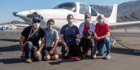 Pilotos voluntarios transportan a futuros perros de rescate